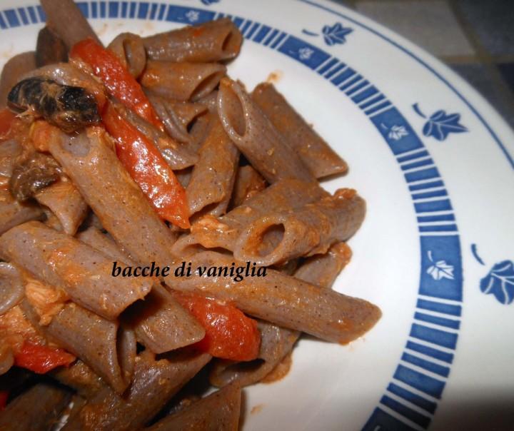 penne integrali senza glutine con tonno, olive e pomodorini